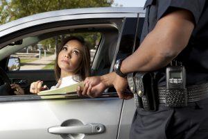 Policajt podáva pokutu